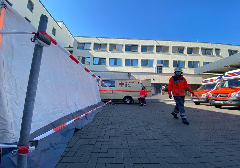 Das DRK hat ein Zelt vor der Asklepios Klinik errichtet. Aber warum eigentlich?