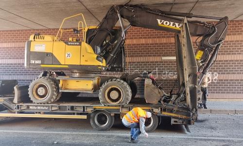 An der Braunschweiger Straße blieb ein LKW unter einer Bahnbrücke hängen. Der Grund: Der geladene Bagger war zu hoch.