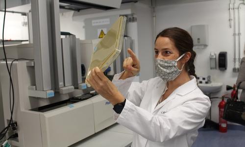 Dr. Linda Kirchner präsentiert eine Methode, mit der zur Corona-Bekämpfung geeignete Antikörper herausgefiltert werden.