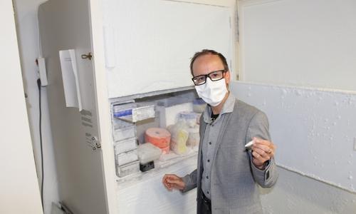 Die Basis für die Arbeit von YUMAB: Dr. André Frenzel (Wissenschaftlicher Leiter) vor einem der Kühlschränke, in denen die 100 Milliarden Antikörper untergebracht sind.