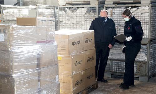 Die 13.000 Schutzmasken sind in Braunschweig angekommen.