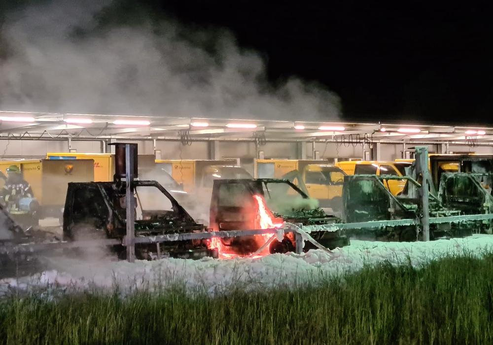 Sechs in Reihe stehende E-Fahrzeuge der Post fingen Feuer. (Archivbild)
