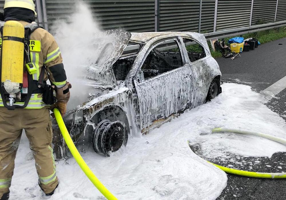 Die Feuerwehr löschte das Auto.