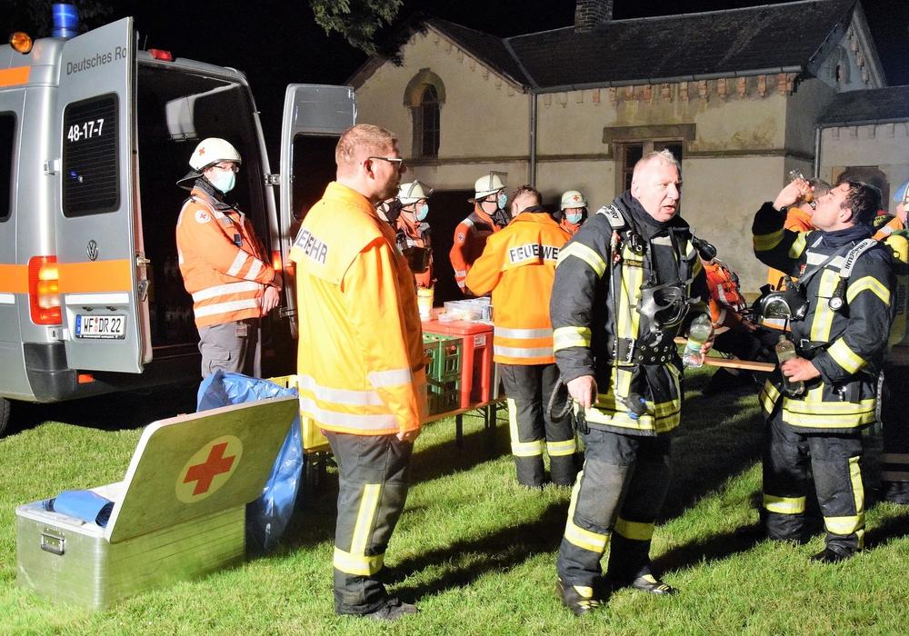 In den Pausen waren die Feuerwehrkräfte ganz froh über die Bewirtung durch den DRK-Kreisverband.