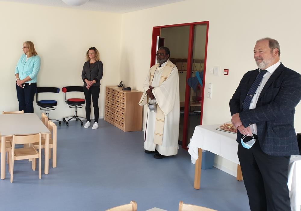 Der Einsegnung der neuen Gruppe durch Pfarrer Dr. Kafuti wohnten auch einige Vertreter aus Verwaltung, Politik und der Kirchengemeinde bei.