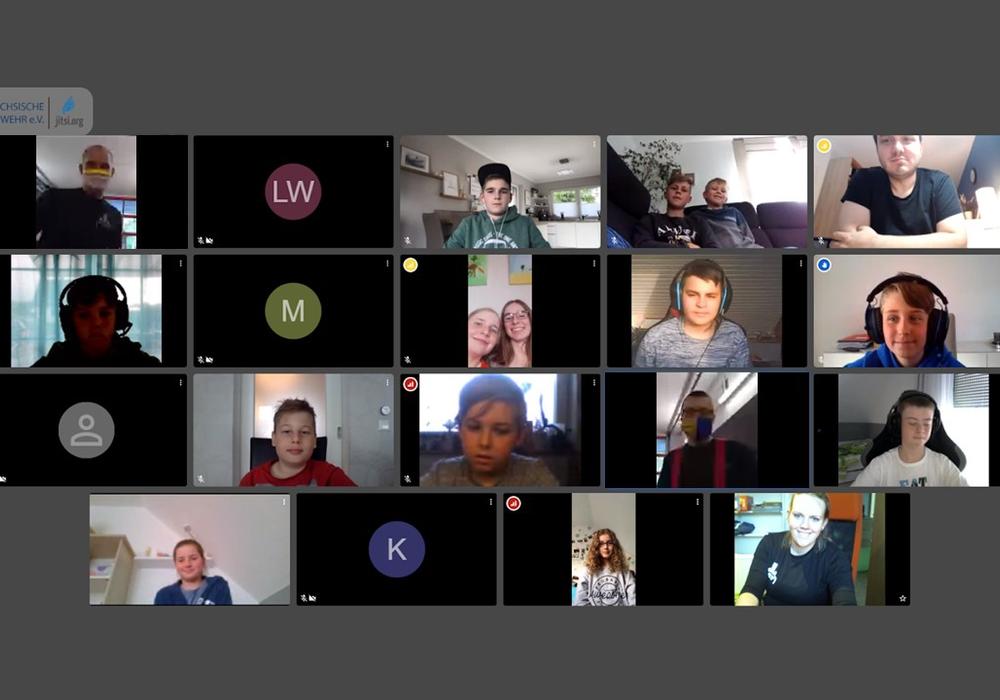 Foto der Videochatteilnehmer, darunter Betreuer und Jugendliche.