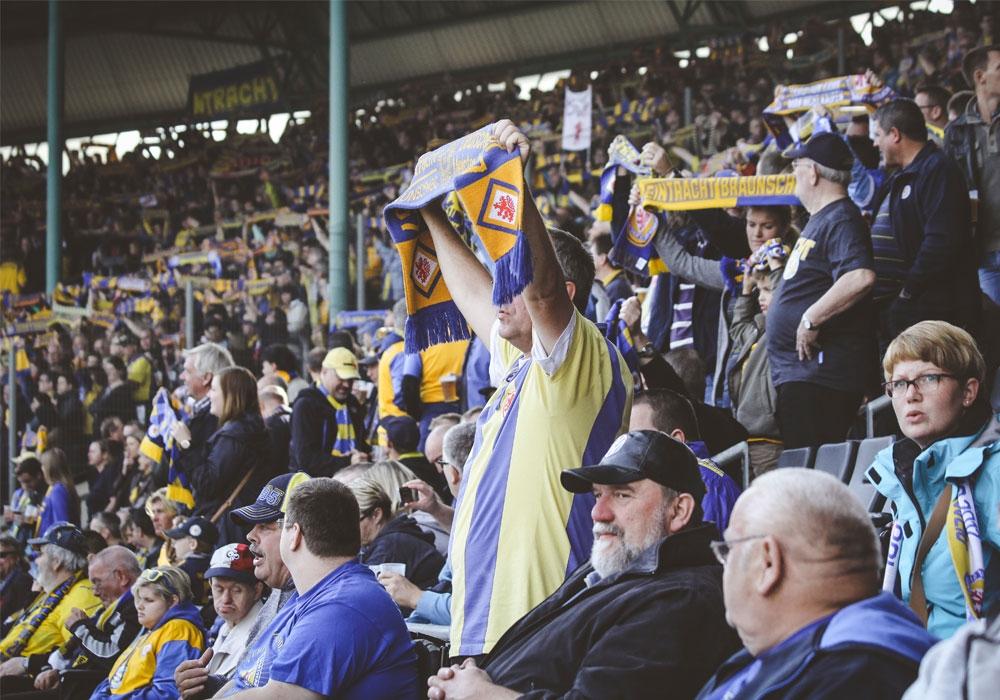 Eintracht unter den Fans und ein Aufruf zum Verzicht der Erstattung von Tickets.