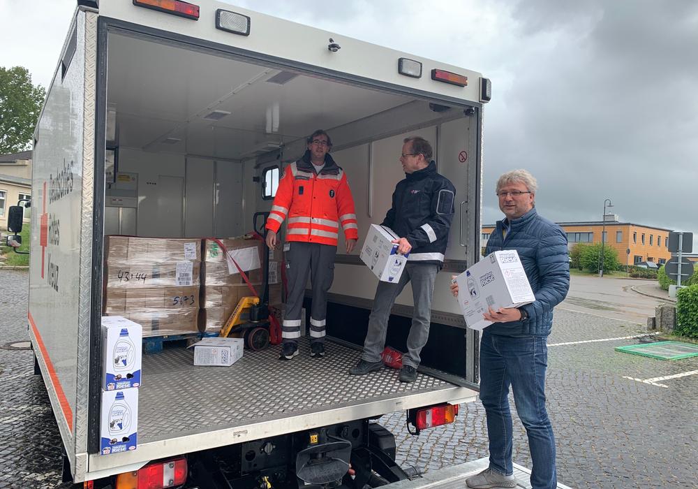 Sie entluden am Exer die jüngste Spendenlieferung für die Wolfenbütteler Tafel (von links): Fahrer Marco Heinze vom Einsatzzug des DRK, Sicherheitsbeauftragter Rainer Elsner und Uwe Rump-Kahl, Geschäftsführer der DRK-inkluzivo gGmbH.