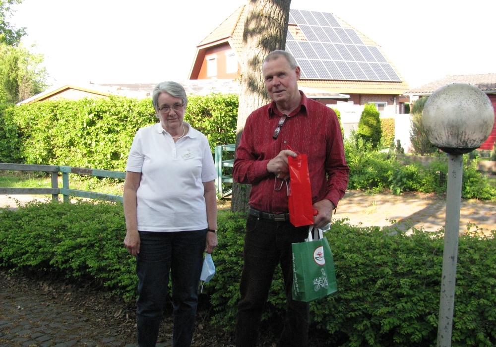 Christa Roloff vom DRK Vorstand bedankt sich bei Franz Gunther für seine 120. Blutspende.