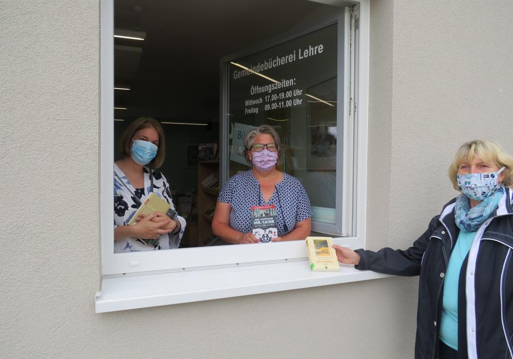 Bücherei Lehre öffnet ihre Fenster, (v. l. n. r.) Wiebke Wulff-Heitmann, Daniela Piehl und Ingrid Wettlaufer freuen sich über die Wiederöffnung der Bücherei.