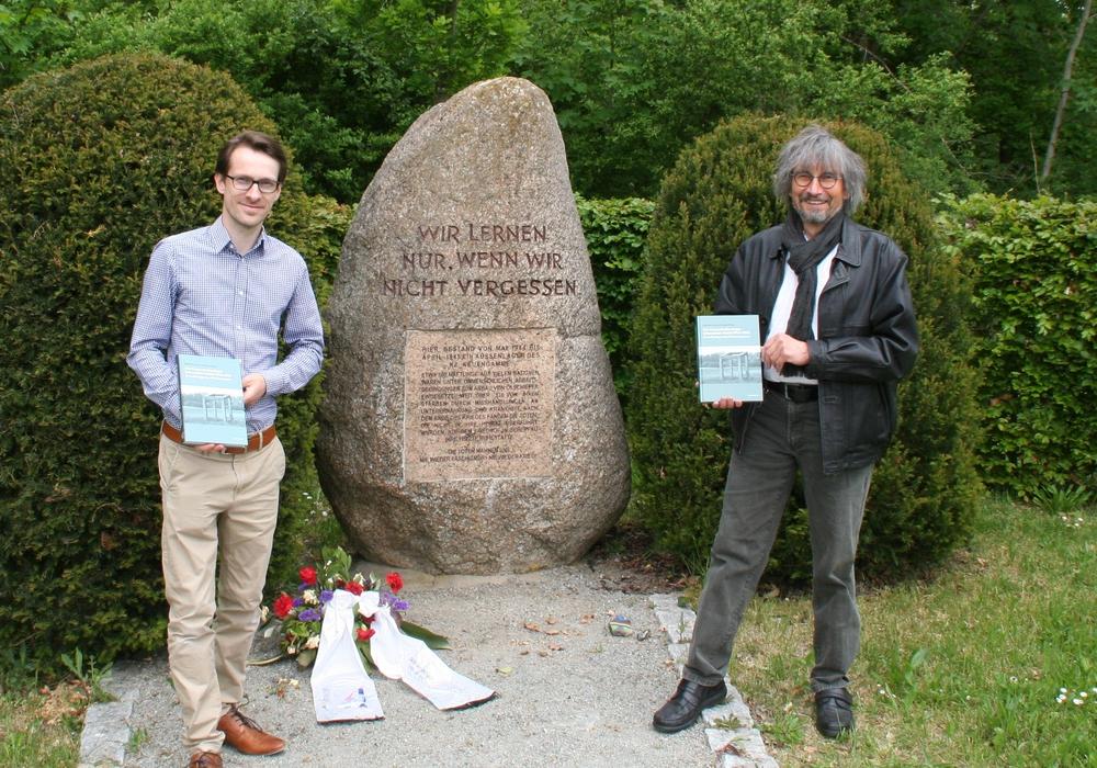 Diethelm Krause-Hotopp (re.) mit seinem neuen Buch an der Gedenkstätte in Schandelah.