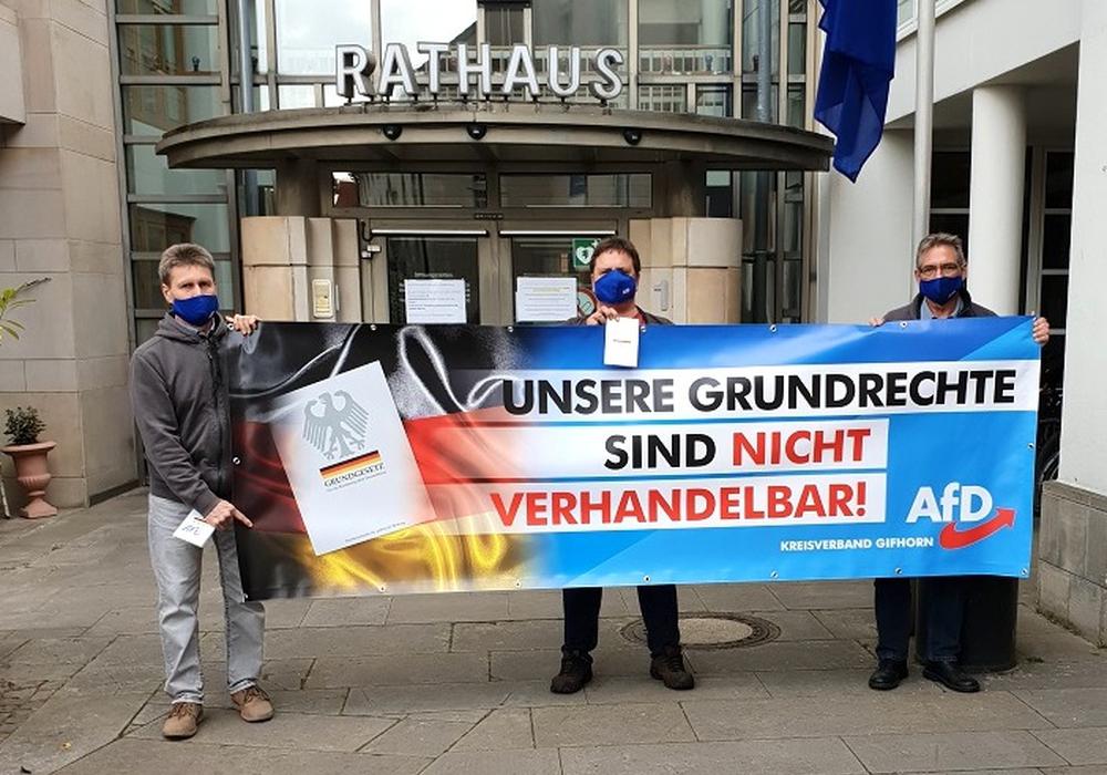 Die AfD hielt eine Mahnwache vor dem Rathaus ab.