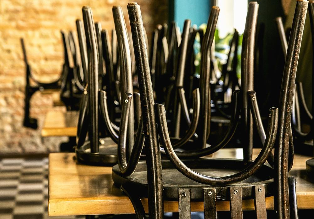 Stühle hoch: Kaum eine Branche ist so stark von den Corona-Einschränkungen betroffen wie die Gastronomie und Hotellerie.