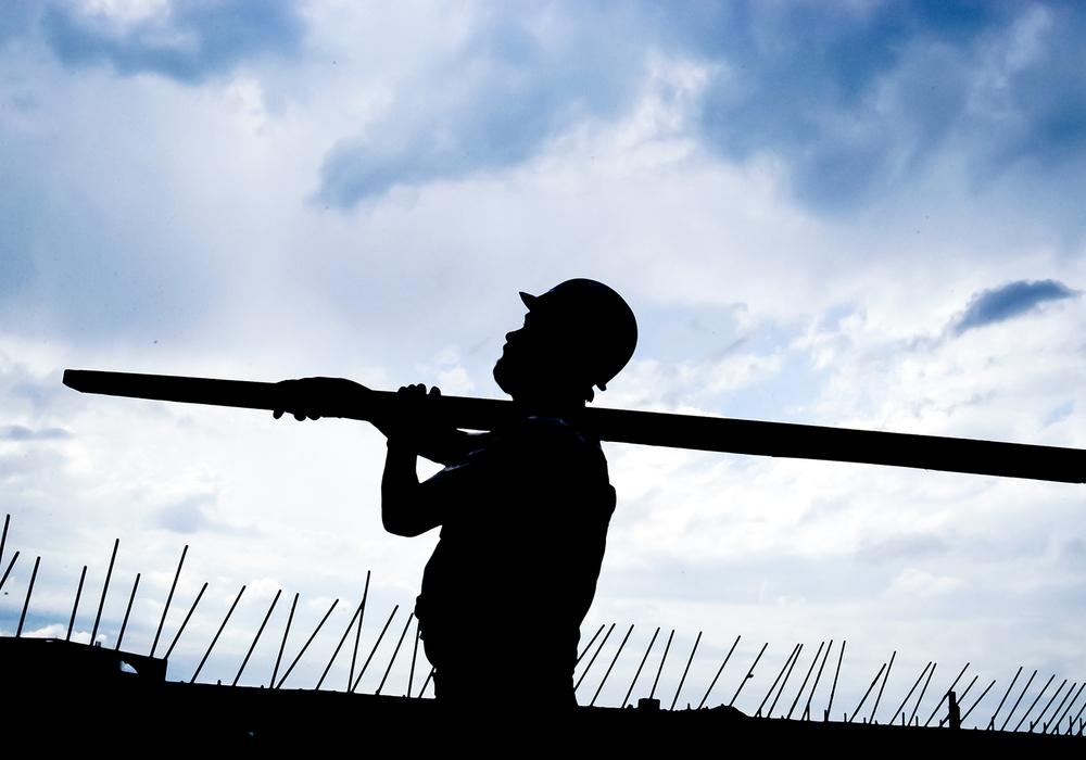 Schwer zu tragen: Bauarbeiter haben auch in der Corona-Krise viel zu tun. Für sie fordert die Gewerkschaft IG BAU jetzt höhere Löhne und die Bezahlung von Fahrzeiten.