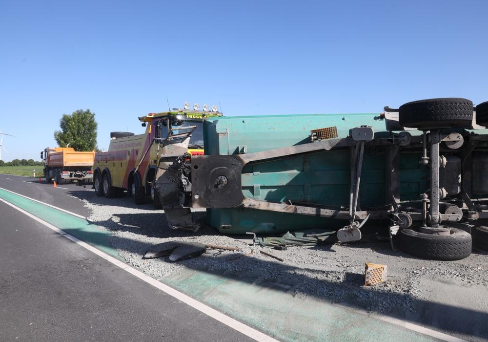 Das Gefährt ist auf die Seite gekippt. Die Zumaschine wurde dabei abgerissen.