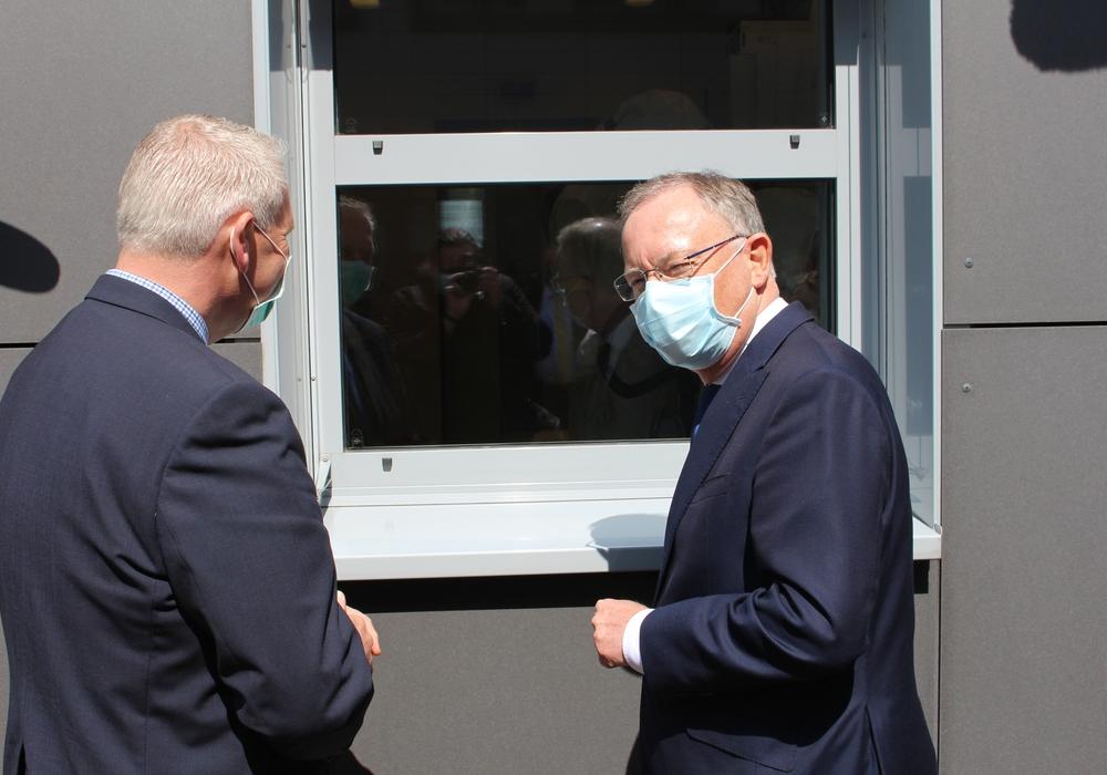 In der vergangenen Woche erkundigte sich Ministerpräsident im Braunschweiger Helmholtz-Institut nach dem Stand der Coronaforschung.