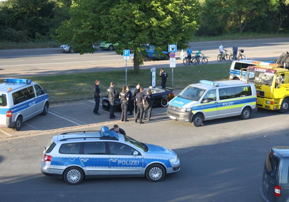 Insgesamt waren vier Polizeifahrzeuge und über zehn Beamte vor Ort.
