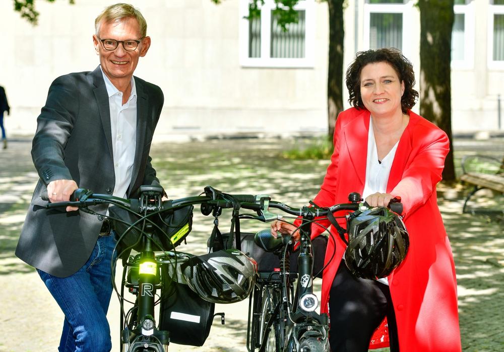 Von links: Dr. Jürgen Peter, Vorstandsvorsitzender der AOK Niedersachsen und die Sozial- und Gesundheitsministerin Dr. Carola Reimann.