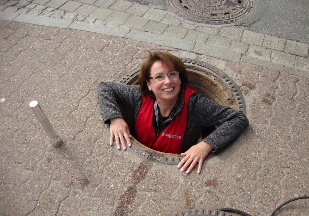 Bürgermeisterin Andrea Föniger wieder zurück aus der Kanalisation.