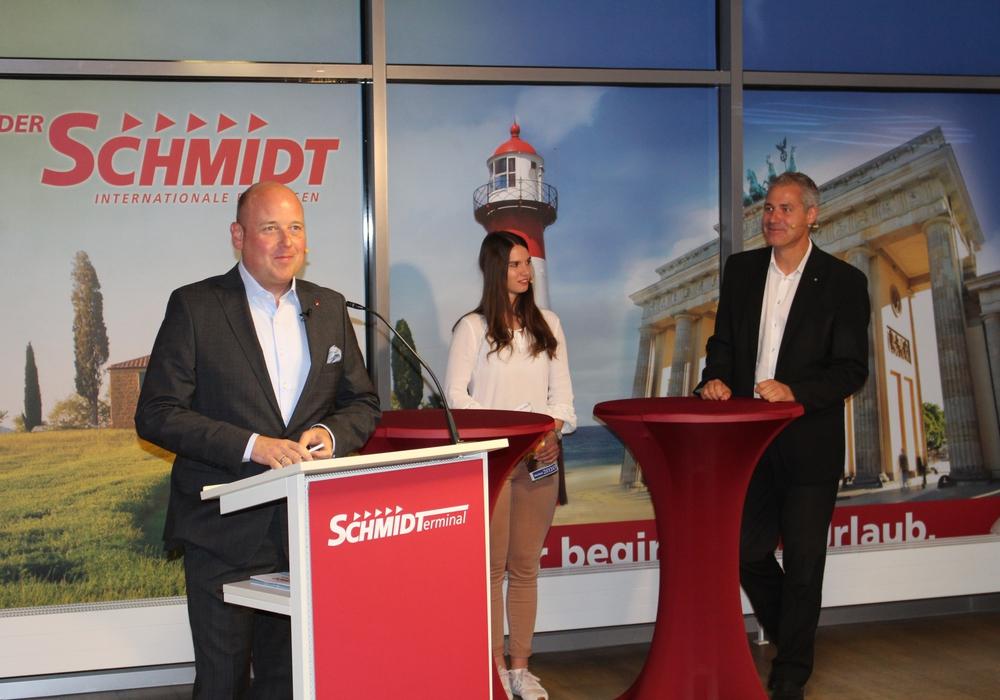 """Holger Bormann (li.) mit Michelle Hansen und Philipp Cantauw vom Gastgeber """"Der Schmidt"""". Sie berichteten über die Azubi-Reisebüros des Unternehmens und die aktuelle Situation in der Reisebranche."""