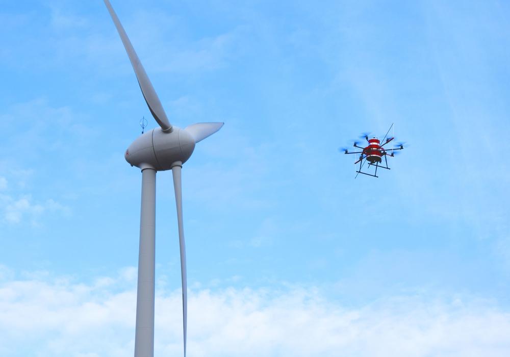 Ein mit Messtechnik ausgestatteter Oktokopter erfasst Messdaten in verschiedenen Höhen und Entfernungen rund um eine Windkraftanlage.