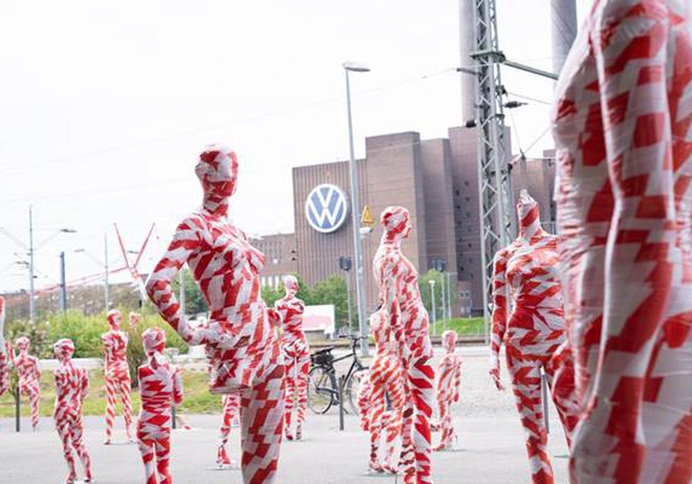 111 Schaufensterpuppen, die in Absperrband eingewickelt waren, standen vor dem VW-Werk.