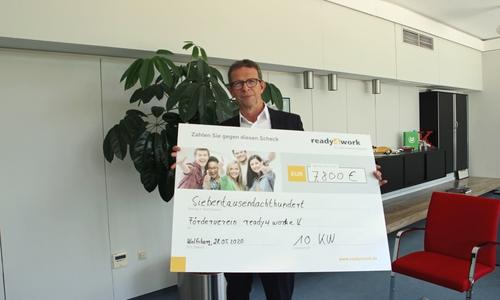 Klaus Mohrs, stellvertretender Vorsitzender des Fördervereins ready4work, freut sich über die Spende in Höhe von 7800 Euro.