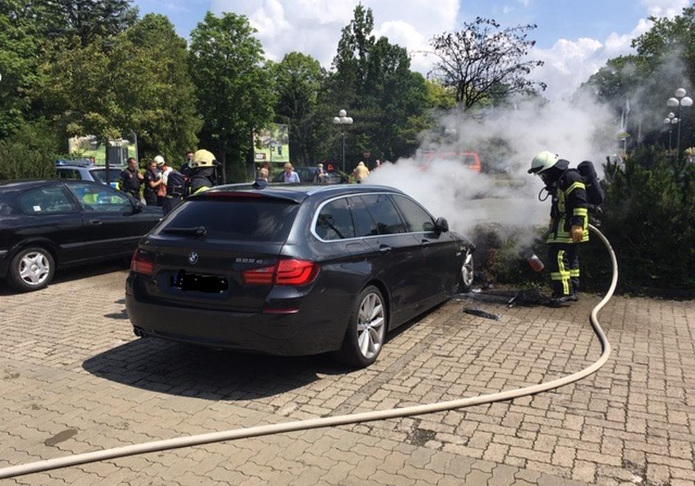 Die Feuerwehr beim Löschen des Brandes.