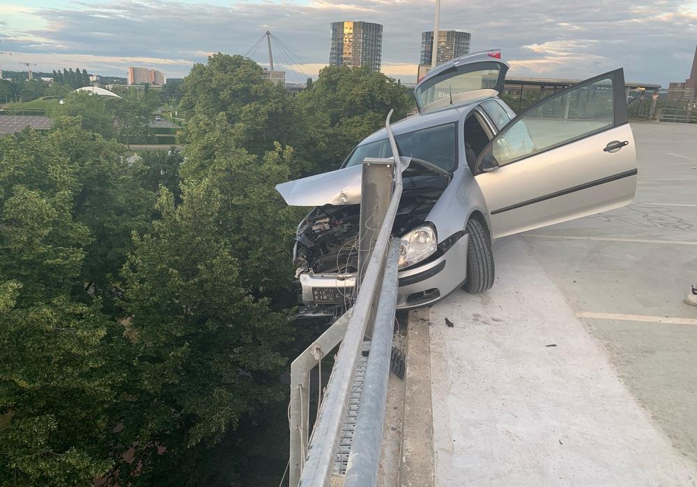 Das Unfallauto wurde nur durch die Absturzsicherung gehalten.