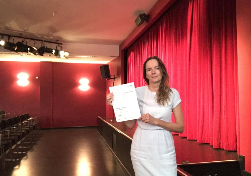 """Iris Mügge, verantwortlich im Kulturinstitut der Stadt Braunschweig für die Reihe """"DOKfilm im Roten Saal"""" mit dem nordmedia-Kinoprogrammpreis."""
