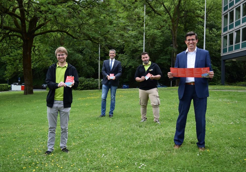 Sparkassenregionaldirektor Jens Müller (rechts), Oberbürgermeister Dr. Oliver Junk (2.v.li.), sowie Joshua Friederichs (links) und Martin Sänger von der Stadtjugendpflege präsentieren den Ferienpass 2020.