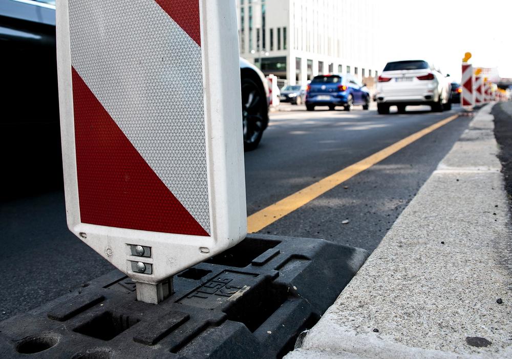 Verfahrene Lebenszeit: Bauleute verbringen oft mehrere Stunden täglich im Auto, um zur Arbeit zu kommen – meist unbezahlt. Jetzt will die IG BAU eine Entschädigung der Wegezeiten durchsetzen.