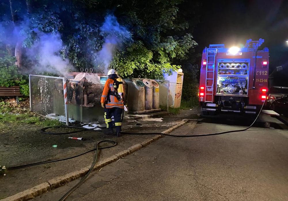 Ein brennender Altpapiercontainer verursachte den ersten Einsatz für die Okeraner Brandschützer am vergangenen Wochenende.