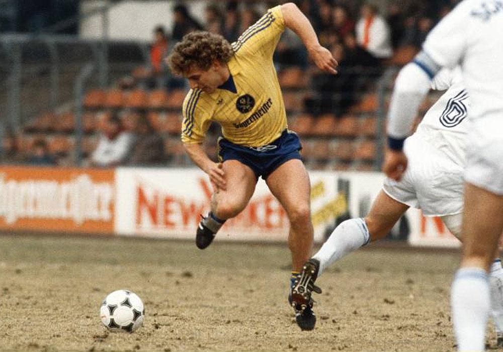 Beweglich und schwer zu greifen: Peter Lux fühlte sich wohl im Mittelfeld, hier beim 4:2 gegen den FC Schalke 04 am 16. März 1985.