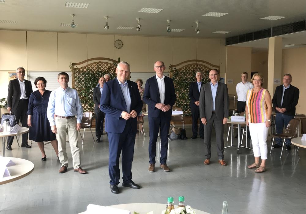 Der niedersächsische Wissenschaftsminister Björn Thümler und der Peiner Landtagsabgeordnete Christoph Plett tagten gemeinsam mit einer Expertenrunde im Steinkohlekraftwerk Mehrum.