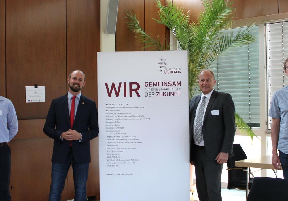 Freuen sich auf zwei spannende Jahre (v.l.): Projektleiter Adrian Mass (Allianz für die Region), Bürgermeister Malte Schneider (Stadt Schöningen), Landrat Gerhard Radeck, Samtgemeindebürgermeister Martin Hartmann (Samtgemeinde Heeseberg).