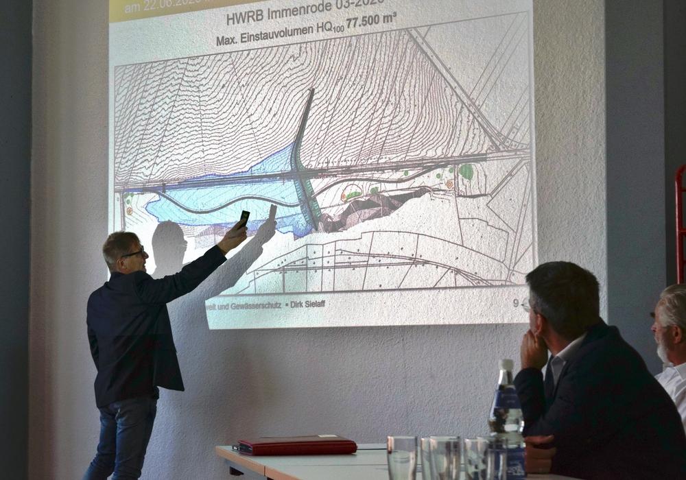 Dirk Sielaff erläutert, wie das Becken vor Hochwasser schützen soll.