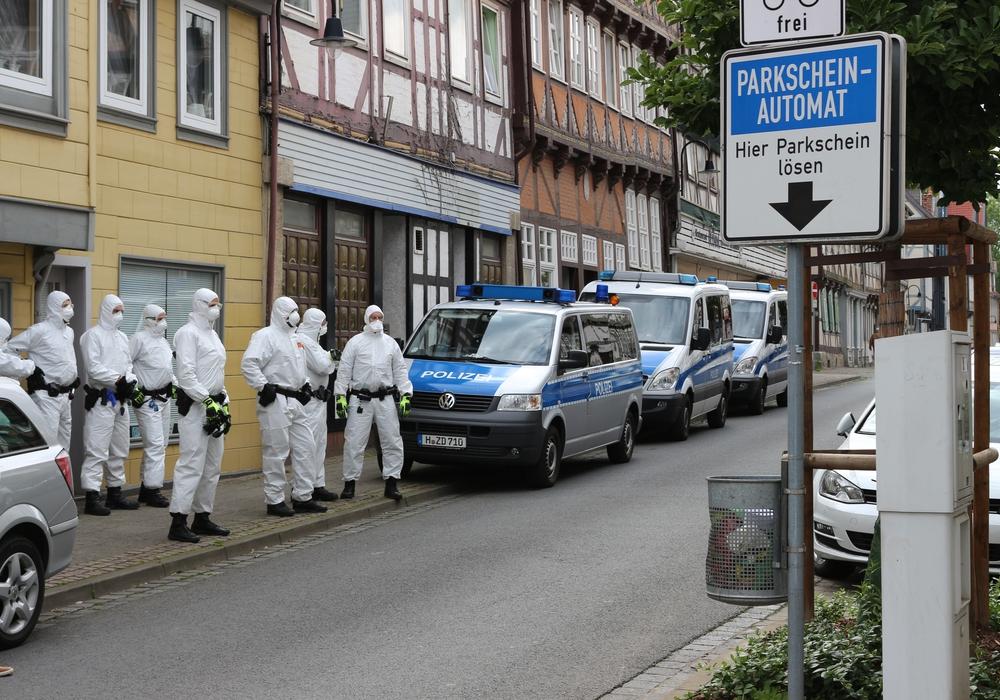 Zahlreiche Polizisten in Schutzanzügen unterstützten das Gesundheitsamt am Freitagnachmittag in der Wolfenbütteler Innenstadt.