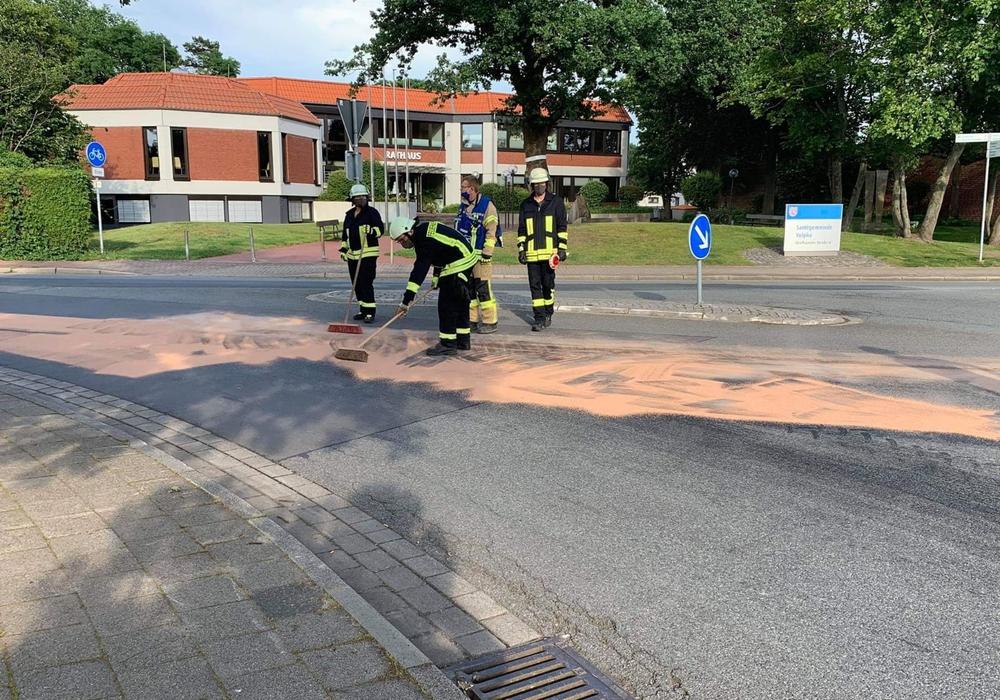 Die Feuerwehr streute den Bereich ab.