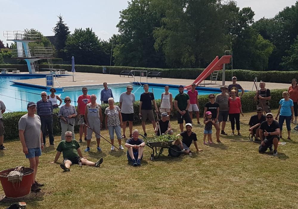 40 Helferinnen und Helfer machten das Freibad fit für die Saison.