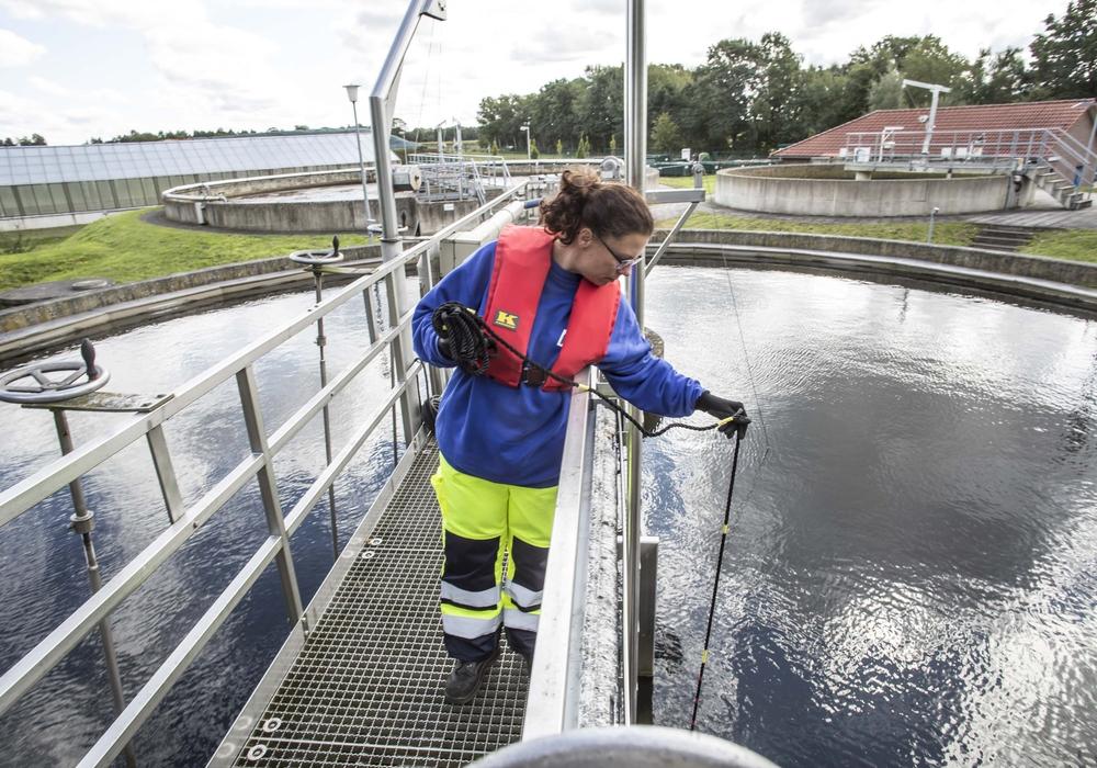 Mit engagiertem Einsatz sichern Fachkräfte in der Daseinsvorsorge die Lebensqualität in der Region. Sie sorgen für die sichere Abwasserreinigung – und das rund um die Uhr.
