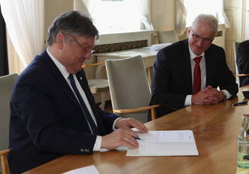 TU-Präsident Professor Joachim Schachtner (li.) und LBEG-Präsident Andreas Sikorski unterzeichnen die Kooperationsvereinbarung zum Nachbergbau.