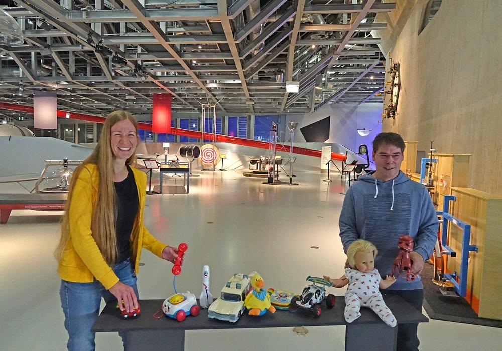 Volontärin Mareike Wiese und Dr. Christof Börner, Organisator des Kunstprojekts im phaeno mit den ersten Spielsachen.