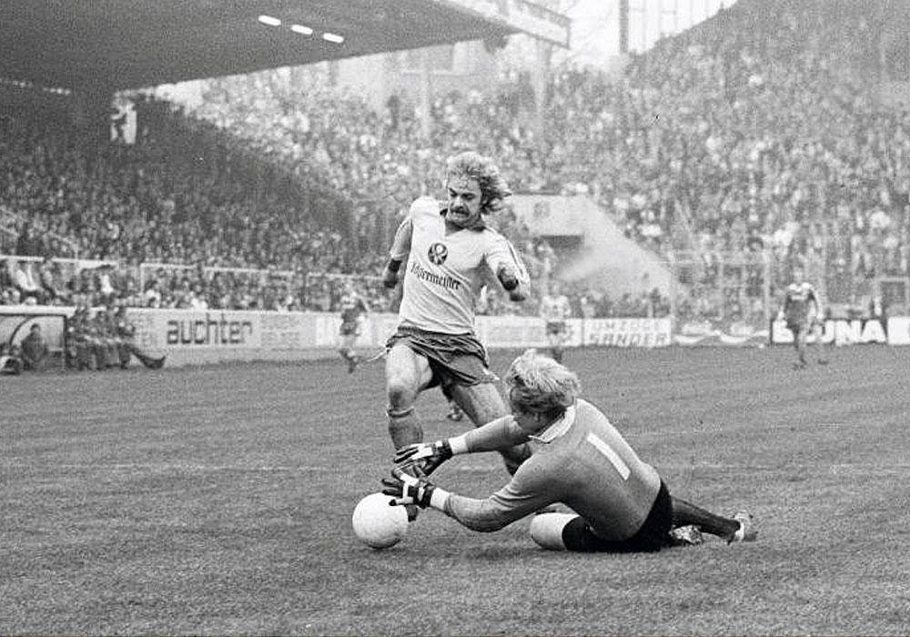 Der stürmende Schnauzer: Günter Keute umkurvt am 4. April 1981 Kaiserslauterns Schlussmann Ronnie Hellström.