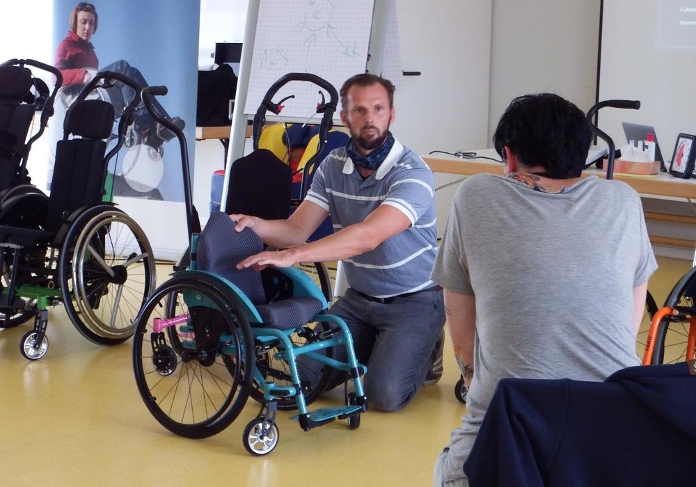 Auf dem Hilfsmittel-Workshop des DRK wurden auch Rollstühle für kleine Kinder vorgestellt – ein Thema für Experten