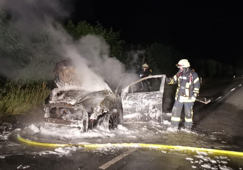 Nach einem Knall schlugen sofort Flammen aus dem Wagen.
