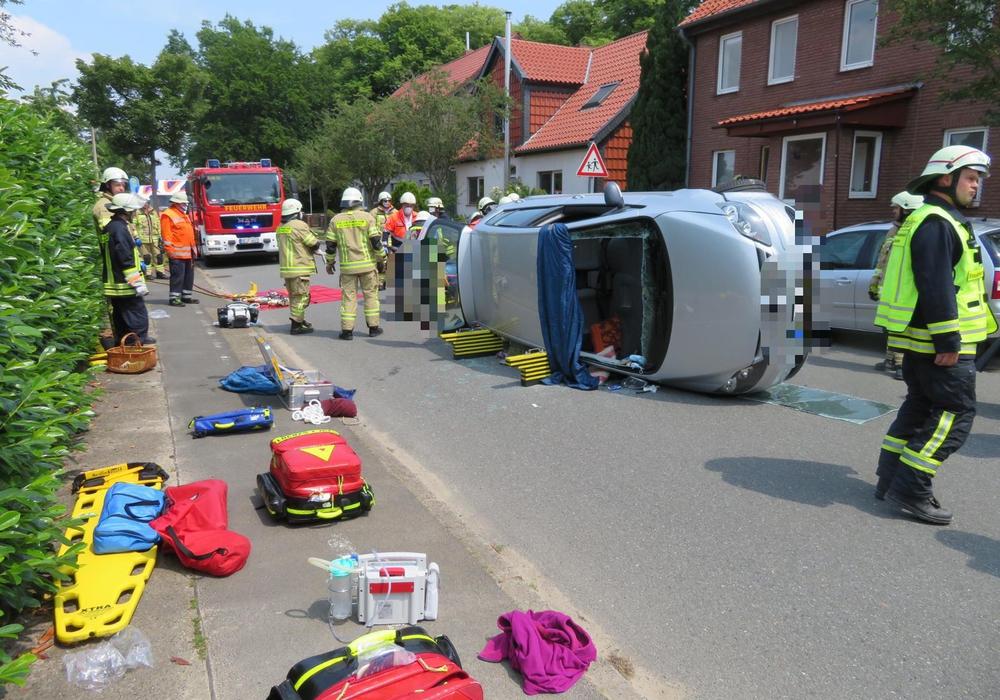 Zwei Personen mussten aus diesem Fahrzeug befreit werden.