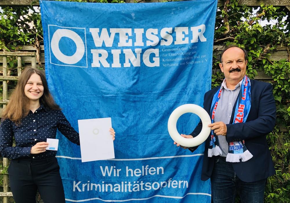 Stefanie Artelt-Tiede (links) wurde von Günther Koschig für ihre langjährige Arbeit beim Weissen Ring ausgezeichnet.