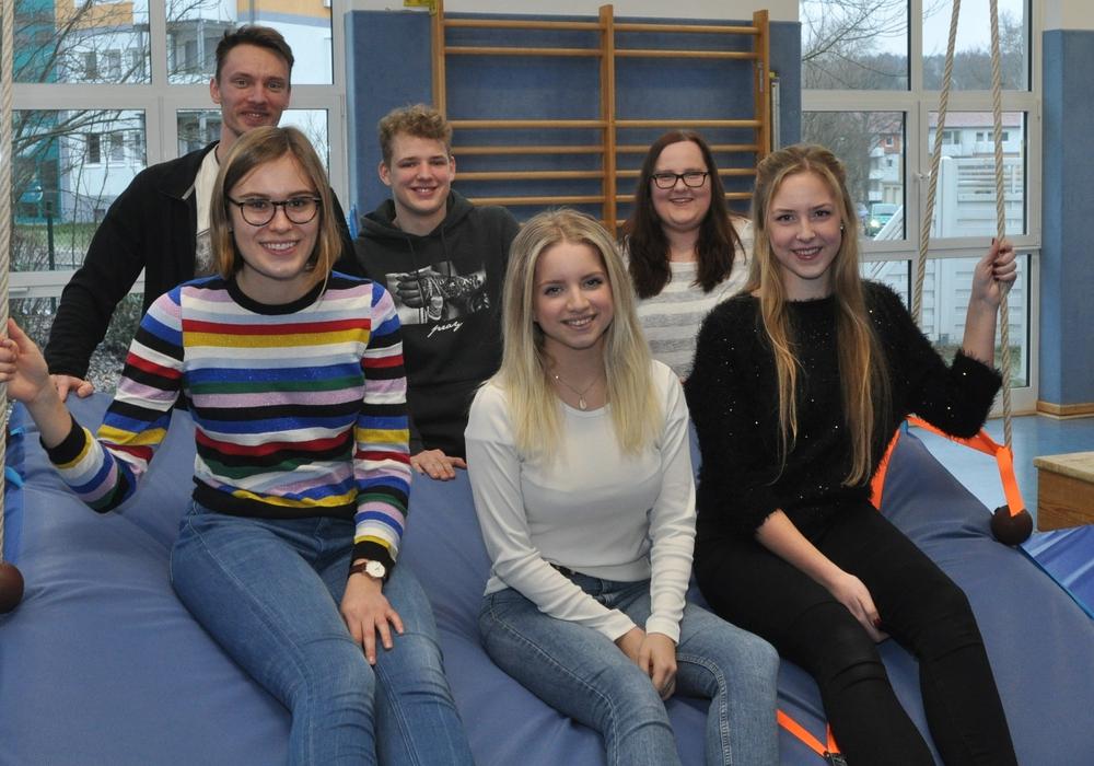 Viel Spaß beim FSJ im Kindergarten hatten Lena Mitschke (vorne links, weiter gegen den Uhrzeigersinn), Lena-Henriette Hartwig, Sherin Gabbert, Marie Heinze und Ludwig Schulze - hier bei einem Besuch des Bildungsreferenten 2019, Christoph Esser.
