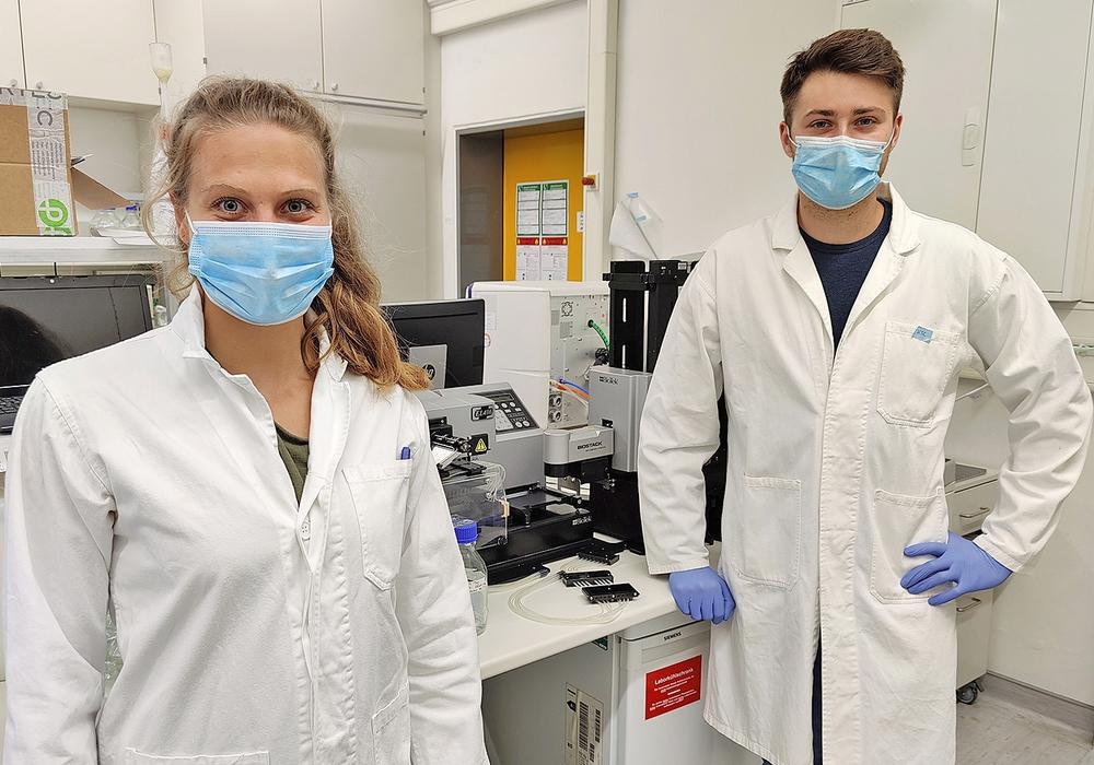 Die beiden Promovierenden Nora Langreder und Kai-Thomas Schneider arbeiteten bei der Entdeckung der Antikörper mit.